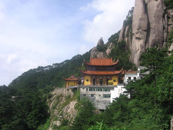 """Chùa Tiểu Lôi Âm, nơi thầy trò Đường Tăng gặp yêu quái Hoàng Mi, nằm ở chân núi Cửu Hoa, thuộc tỉnh An Huy. Chùa có kiến trúc cổ kính, nằm giữa không gian rừng núi rộng lớn, thích hợp làm bối cảnh quay phim. Đạo diễn Dương Khiết qua đời hôm 15/4 tại Bắc Kinh, Trung Quốc, thọ 88 tuổi. Bộ phim của bà đã được chiếu lại hơn 3.000 lần trong suốt hơn 3 thập kỷ lần đầu ra mắt khán giả. Ảnh: Huangshan Tour.  Khám phá hành trình của """"thầy trò Đường Tăng"""" trong thế giới thật nhung danh thang xuat hien trong tac pham kinh dien tay du ky ivivu 2"""