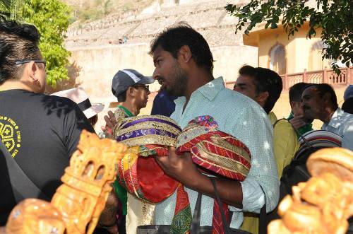 Người bản địa chèo kéo mua hàng tại pháo đài Amber - điểm du lịch nổi tiếng Ấn Độ.