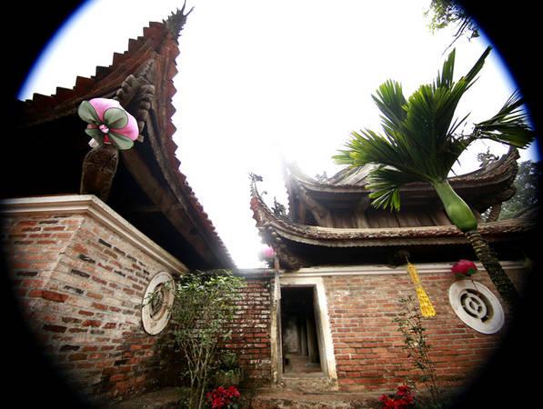 Các đầu bẩy, các bức cổn, xà nách, ván long... đều có chạm trổ đề tài trang trí quen thuộc của dân tộc Việt như: Hình lá dâu, lá đề, hoa sen, hoa cúc, rồng, phượng, hổ phù...