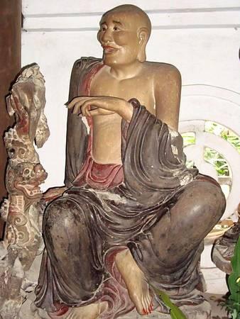 Nhiều pho được tạc cao hơn người thật như 8 pho tượng Kim Cương và Hộ Pháp, cao chừng 3 m, trang nghiêm phúc hậu. Phần lớn các tượng này đều được coi là có niên đại cuối thế kỷ 18. Một số tượng khác được tạc vào giữa thế kỷ 19.