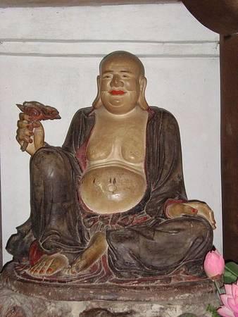 Đặc biệt hơn cả là 16 pho tượng La Hán lớn bằng người thật trong các tư thế khác nhau ở hai bên tường lâu của thượng điện. Giống như nhà thơ Huy Cận miêu tả, mỗi vị là một nỗi khổ, cử chỉ, dáng điệu riêng thể hiện những tính cách khác nhau khá sinh động và hiếm thấy trong nghệ thuật điêu khắc cổ.