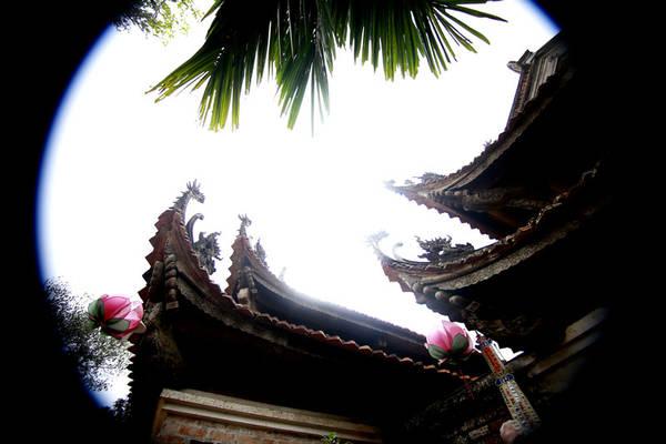 Chùa được xây dựng theo lối kiến trúc kiểu chữ Tam với ba toà cấp dọc theo sườn núi, dựa vào thế núi từ thấp lên cao thành ba ngôi chùa song song với nhau gồm có chùa: Chùa Hạ, chùa Trung, Chùa Thượng. Mỗi toà đều có kiến trúc riêng rẽ nhưng lại kết hợp thành một quần thể.