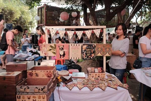 Saigon Urban Flea Market (Nguyễn Văn Hưởng, Thảo Điền, quận 2) là một trong những điểm đến của các bạn trẻ thích săn lùng những món hàng độc, lạ cũng như muốn hòa mình trong không khí mua sắm.