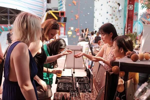 Hầu hết khách hàng của hội chợ là người nước ngoài sinh sống gần đó, nên nơi này cũng được nhiều bạn chọn để học tập hay nâng cao kỹ năng giao tiếp bằng ngoại ngữ.