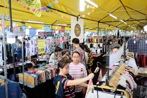 Hello Weekend Market (sân vận động Hoa Lư, quận 1) được xem là một trong những hội chợ cuối tuần xuất hiện ở Sài Gòn sớm nhất.
