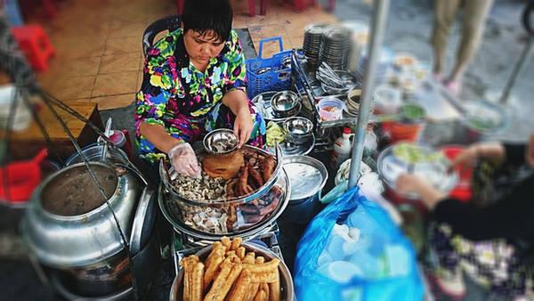 Cháo lòng Cô Giang (đường Cô Giang, quận 1) đã có hơn 80 năm. Hiện người bán là cháu ngoại bà Lê Thị Út - người chủ đầu tiên của gánh cháo này. Cháo ở đây được nấu theo kiểu Sài Gòn xưa với huyết tươi được cho trực tiếp vào nồi.