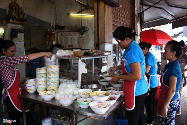 Bún mọc Thanh Mai (Trương Định, quận 1, gần chợ Bến Thành) có khoảng 40 năm. Quán đông khách đến mức nhân viên phải xếp sẵn hàng chục tô để kịp phục vụ.