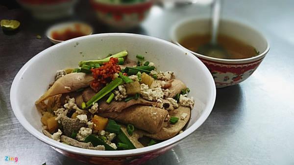 Mì cật (Trương Định, quận 1): Không ai biết chính xác số tuổi của quán, song rất nhiều khách hàng quen chia sẻ đã ăn tại đây từ thời tiểu học đến khi tóc muối tiêu.