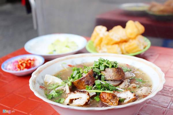 Cháo lòng Cô Ba Đa Kao (Nguyễn Huy Tự, quận 1) có hơn 30 năm. Cháo ở đây được chế biến theo khẩu vị của người miền Nam.