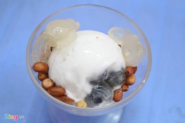 Kem nhãn Chú Tám (Trương Hán Siêu, quận 1) quen thuộc với nhiều thế hệ người Sài Gòn - hơn 30 năm. Mỗi ly gồm một viên kem nhãn màu trắng, rắc thêm vài hạt đậu phộng chiên giòn. Nhân của viên kem có trái nhãn còn tươi.