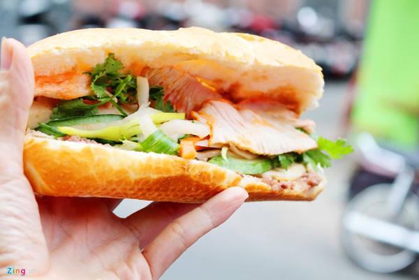 """Bánh mì Bảy Hổ (đường Huỳnh Khương Ninh, quận 1) hơn 80 năm tuổi và là một trong những món """"một tuần không ăn là nhớ"""" của nhiều người dân quận 1."""