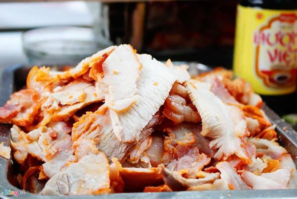 Anh Hồ Quốc Dũng, người bán hiện nay, cho biết công thức luộc thịt và chế biến nước luộc do ông ngoại của anh - ông Trần Văn Hậu, người khai sinh xe bánh mì - tìm ra và truyền lại cho con cháu. Bánh mì Bảy Hổ nhỏ, phần nhân bánh là thịt luộc xắt mỏng và nước luộc thịt đã nêm nếm.