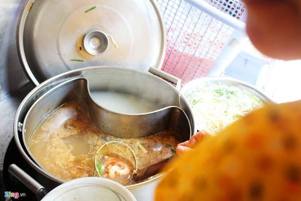 Hủ tiếu Thanh Xuân (đường Tôn Thất Thiệp, quận 1) đã có hơn 75 năm, bán nhiều món như hủ tiếu Nam Vang, hủ tiếu nước, hủ tiếu khô, mì chỉ... Trong đó, được yêu thích nhất là hủ tiếu càng cua (khô).