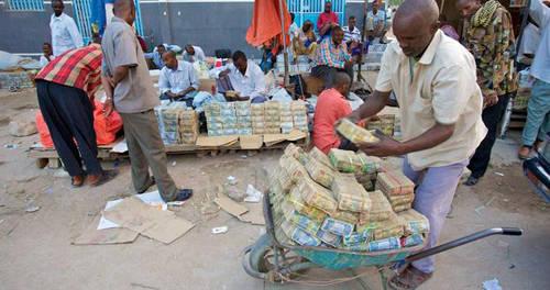 Tại Somaliland, việc người dân dùng xe đẩy chở tiền hay thùng to đựng tiền là điều không hề lạ lẫm. Ảnh: BBC.