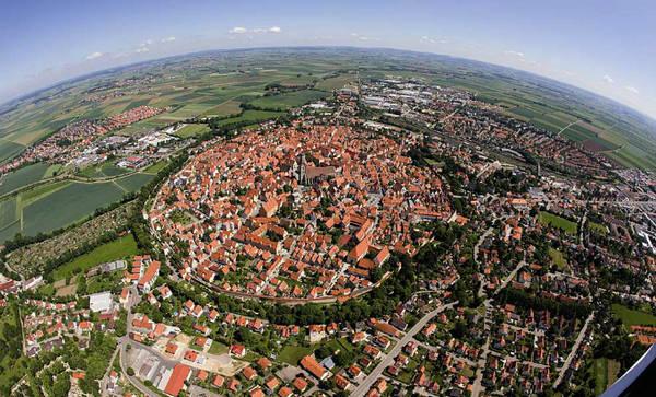 """Nördlingen là một thị trấn nhỏ thuộc vùng Bavaria, phía nam nước Đức. Nhìn bề ngoài, nó không có gì nổi bật hơn những vùng nông thôn khác ở châu Âu nhưng lại thu hút khách du lịch bởi biệt hiệu """"thị trấn kim cương""""."""