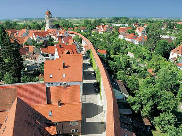 Vụ va chạm tạo ra một vùng lõm khổng lồ trải rộng hơn 14 km ngang qua vùng đồng quê, nay là nơi tọa lạc thị trấn Nördlingen. Nó cũng tạo ra suevite, một loại đá dăm kết bao gồm nhiều mảnh vụn có cạnh sắc, có thể chứa thủy tinh, pha lê và kim cương.