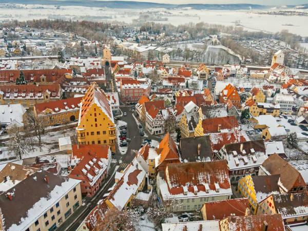 """Bụi kim cương này chỉ có giá trị khoa học chứ không có giá trị kinh tế nhưng cũng đủ khiến thị trấn trở nên lung linh và kỳ diệu trong mắt du khách. Gisela Pösges, nhà địa chất học kiêm phó giám đốc Bảo tàng Ries Crater ở Nördlingen, cho biết: """"Nhà thờ St. Georgs của chúng tôi xây từ đá suevite và chứa khoảng 5.000 carat kim cương. Nhưng chúng rất nhỏ, viên lớn nhất chỉ có đường kính 0,3 mm và không có giá trị kinh tế. Chúng chỉ có ý nghĩa về mặt khoa học và bạn có thể quan sát kim cương dưới kính hiển vi""""."""