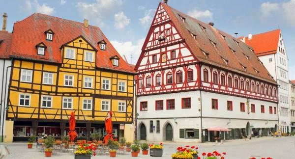 Nördlingen là nơi sinh sống của khoảng 20.000 người. Một trong những điểm du lịch hấp dẫn của thị trấn là gác chuông Daniel 90m từ thời trung cổ, tòa nhà thị chính được xây dựng từ thế kỷ 13, nhà thờ St. Georgs, bảo tàng đường sắt Bavarian và bảo tàng Augenblick. Tất cả chúng đều bám đầy bụi kim cương. Người ta thường nói đùa rằng, du khách tới đây chỉ cần hít thở thôi cũng đủ giàu có.