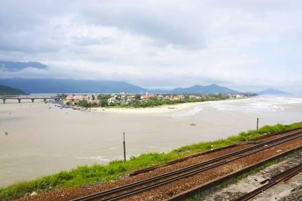Việt Nam: từ Hà Nội đến TP HCM Tuyến đường hơn 1.600 km chạy dọc chiều dài Việt Nam. Tàu có nhiều toa giường ngủ điều hòa khiến hành trình dài trở nên thoải mái hơn. Bạn có thể chọn đi hết chuyến Bắc Nam của tàu Thống Nhất chạy từ Hà Nội đến TP HCM trong 3 ngày, nhưng đoạn đường đáng chú ý nhất là Huế - Đà Nẵng. Du khách có thể phóng tầm mắt thấy vịnh Lăng Cô với bờ cát uốn cong trắng mịn cùng những rừng cây xanh mát. Trên tàu, bữa sáng phục vụ trong toa ăn thường có phở, kèm chanh, ớt tươi, và ly cà phê đen đậm đà hương vị.