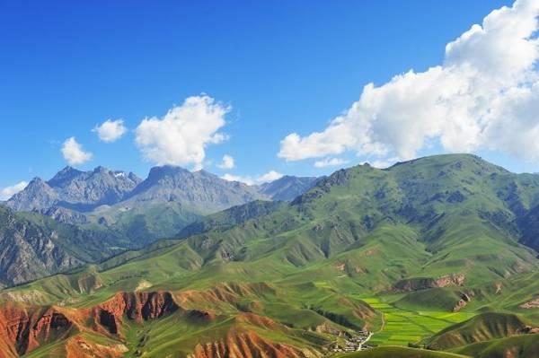 Trung Quốc: từ Gia Dục Quan tới Tây An Ở rìa sa mạc Gobi là thị trấn Gia Dục Quan nằm ở cực Tây Bắc của Trung Quốc, một nơi hoàn toàn khác biệt với Bắc Kinh hay Thượng Hải đông dân cư. Ở tỉnh Cam Túc, thành phố này là nơi có đèo Jiayu - điểm cuối cùng phía tây của Vạn Lý Trường Thành. Chuyến tàu 18 tiếng từ đây tới Tây An còn được biết tới là chặng cuối của Con đường Tơ Lụa. Phong cảnh hai bên tàu vừa hoang vắng vừa mênh mông. Đây là hành trình tàu hỏa dài nhất ở Trung Quốc, đưa du khách đi qua nhiều vùng miền để thấy rõ sự rộng lớn của đất nước này. Tàu vòng qua sa mạc Gobi, trước khi đến Hành lang Hexi - phía bắc Con đường Tơ Lụa xưa kia. Sau đó tàu qua dãy núi Qilian, nơi có những ngọn núi phủ tuyết trắng cùng bụi đất màu cam, hồng đặc trưng. Khách đi tàu khá thoải mái với nhiều phòng riêng, toa giường ngủ hai tầng hoặc ghế ngồi êm ái. Toa ăn phục vụ nhiều món hầm, chiên xào và cả bia giá rẻ.