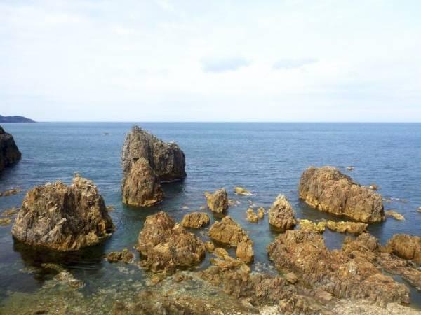 """Nhật Bản: tuyến tàu Gono từ Akita tới Aoimori Nếu bạn chưa ấn tượng về đảo Honshu, hãy đặt vé tàu tuyến Gono từ Akita đến Aoimori. Hành trình đưa bạn đi qua các bờ biển đẹp, nhiều núi phủ tuyết trắng xóa. Hành khách phải đặt vé tàu """"Resort Shirakami"""" để có thể thoải mái ngắm cảnh. Tuyến Gono sẽ đưa bạn tới một trong những vùng xa xôi nhất Nhật Bản, rời khỏi Tokyo với các ngã 4 đông nghẹt người qua lại. Nhờ những cửa sổ kính lớn và ngồi thoải mái, hành khách có thể ngắm cảnh từ núi tuyết tới đường bờ biển lởm chởm đá."""