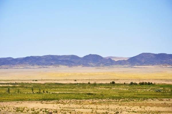 Uzbekistan: từ Urgench tới Bukhara Các chuyến tàu cao tốc ngày nay kết nối được hầu hết thành phố lớn của Uzbekistan: Tashkent, Andijan và Samarkand. Tuy vậy, hành trình từ Urgench tới Bukhara lại là tàu chậm kéo dài 12 tiếng nhưng có phong cảnh hai bên đường đẹp hút hồn. Tàu qua sa mạc Kyzylkum, du khách có thể thấy lạc đà chạy dọc tuyến đường, gặp những người phụ nữ bán trứng luộc, dưa chua ở các trạm dừng, những ngôi mộ đá hay rất nhiều đền thờ bị bỏ hoang phủ đầy cát.