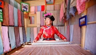 Phụ nữ Mosuo dệt vải trong cửa hàng ở Lệ Giang, Trung Quốc. Ảnh: Chien-min Chung.