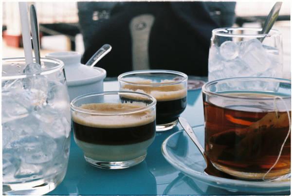 Ban đêm, hãy uống cà phê lề đường ở Lạ Hồng quán, ban ngày ra Bến Du Thuyền cà phê. Đây là nơi có view đẹp như Tây, dành cho các bạn mê chụp hình.