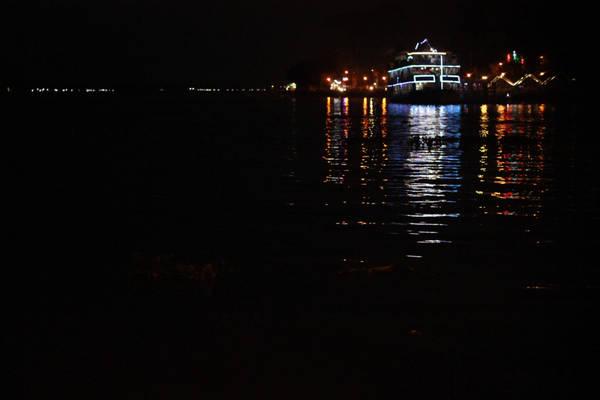 Đêm ở Vĩnh Long, bạn có thể ngồi trò chuyện cùng nhau bên bờ kè dọc sông Tiền, giữa gió mây, sông nước mênh mông, mát rượi. Ở đây còn có du thuyền nhỏ dành cho khách muốn vừa uống cà phê vừa dạo chơi trên sông.