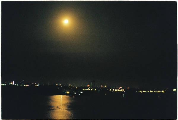 Khoảng cách từ trung tâm thành phố Vĩnh Long tới Cần Thơ khoảng hơn 30 km. Thời gian đẹp nhất là đi vào sáng sớm, để thấy trăng soi bóng nước, và kịp đi chợ nổi Cần Thơ lúc nhộn nhịp nhất.
