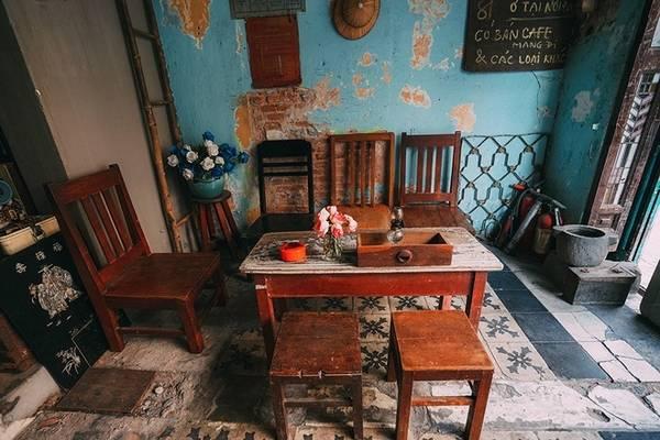 Cửa hàng cà phê 81 (TP HCM) Nằm trên đường Nguyễn Văn Nguyễn (quận 1), quán là một căn nhà cũ được trang trí bằng nhiều vật dụng cổ quen thuộc một thời như tivi cũ, máy đánh chữ. Ngay cả nền gạch cũng bạc màu, tường thì có chỗ bong từng mảng. Một điều khác ghi điểm trong lòng khách là các thức uống đều được quán pha chế theo công thức riêng như: cà phê, chanh muối, xí muội, sâm dứa sữa... Giá mỗi đồ uống dao động từ 30.000 đồng. Ảnh: Trung Võ.
