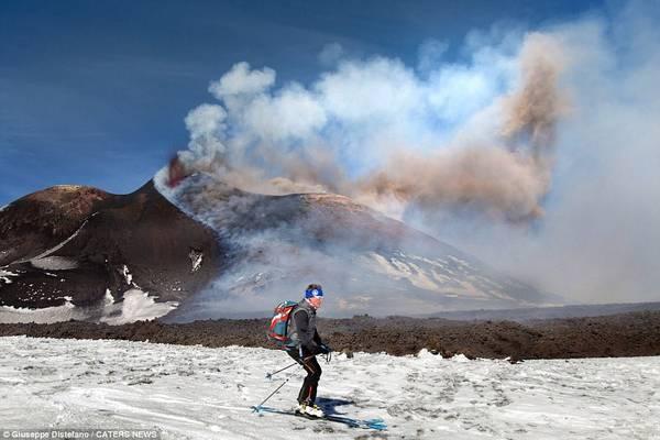 Những bức ảnh ghi lại cảnh du khách liều lĩnh trượt tuyết ngay bên cạnh dòng dung nham chụp ở núi Etna, một ngọn núi lửa đang hoạt động tại bờ biển phía đông đảo Sicilia, Italy.