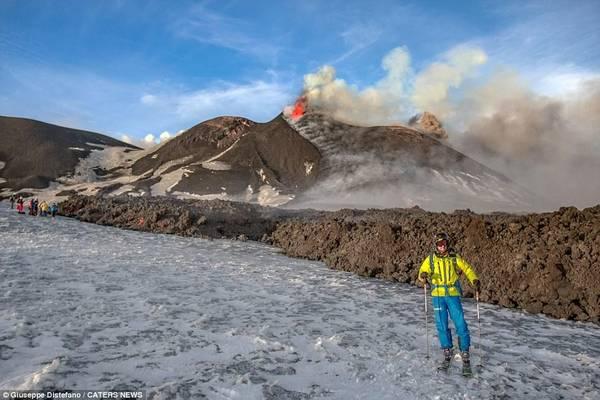 Núi Etna cao 3.329 m so với mực nước biển, là một trong những núi lửa hoạt động mạnh nhất trên thế giới và gần như hoạt động liên tục.