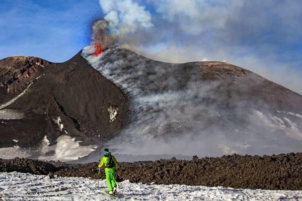 Núi lửa thường xuyên phun trào mạnh nhưng không gây ra nhiều nguy hiểm cho người dân sống quanh đó. Đất xung quanh núi lửa rất màu mỡ, tạo điều kiện rất lớn cho nông nghiệp phát triển.
