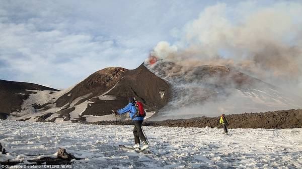 Việc trượt tuyết khá khó khăn bởi đường trượt rất dễ bị dòng chảy dung nham chặn.