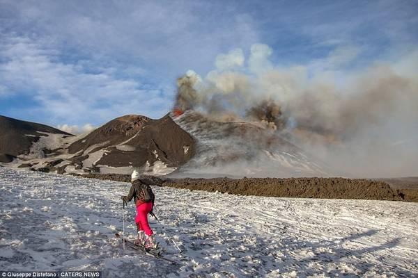 Tháng 3, một số phóng viên và khách du lịch bị thương nhẹ khi ngọn núi lửa cao nhất châu Âu này bắt đầu phun trào.