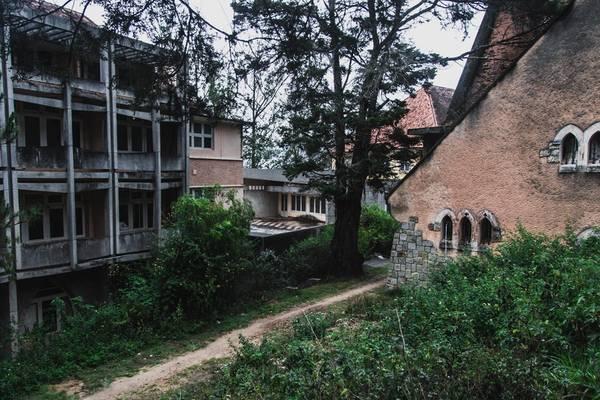 Những ô cửa sổ và cửa chính mang đậm bóng dáng kiến trúc Gothic đặc trưng của phương Tây với mái vòm.