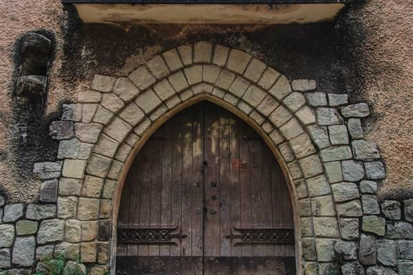 Cửa chính vẫn giữ được kiến trúc nguyên vẹn. Ta có thể gặp cấu trúc tương tự ở các nhà thờ trên cả nước.