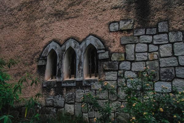 Kiến trúc của nhà nguyện dòng Franciscaines cũng như các công trình kiến trúc khác tại Đà Lạt đều có nét chung là đường nét thiết kế hài hòa vào với khung cảnh thiên nhiên, tạo vẻ đẹp trọn vẹn.