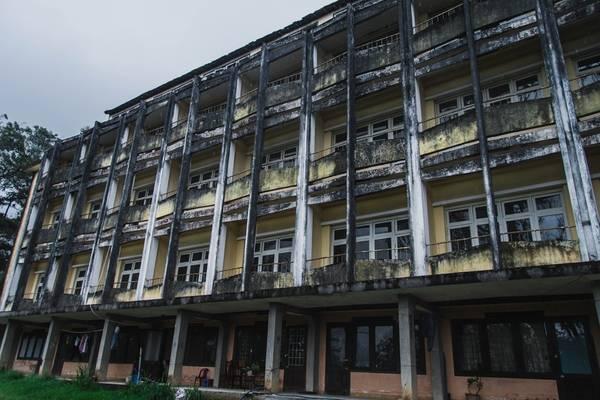 Người dân địa phương kể lại rằng nơi đây trước là nhà dòng, sau đó trở thành khách sạn Lâm Viên, rồi trường chuyên Thăng Long, sau này là trường trung học Trần Phú.