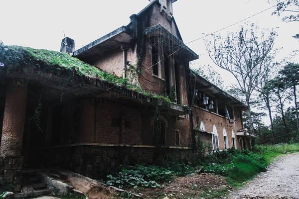Một bài báo vô tình đưa tôi đến đây - nhà nguyện dòng Franciscaines trên đường Hùng Vương đã bị bỏ hoang vài thập kỷ.