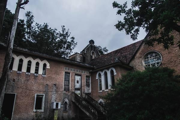 Nhà nguyện nằm trên một quả đồi nhỏ, bao bọc bởi trong hàng thông xanh mướt. Lối kiến trúc xưa cũ khiến những người đến đây ngỡ như đang lạc vào thời Trung cổ.