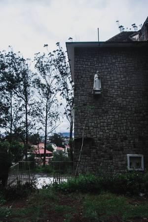 Tượng Đức Mẹ phía bên hông nhà nguyện. Nơi đây đã bị bỏ hoang nhưng người dân vẫn đến đặt hoa tươi dưới bức tượng này.