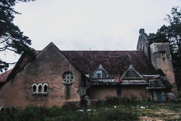 Nhà nguyện có kiến trúc kết hợp giữa phương Tây và phương Đông. Hệ thống mái ngói kiểu phương Đông được kéo suốt từ gác chuông qua mái vòm tới các không gian chính và phụ.