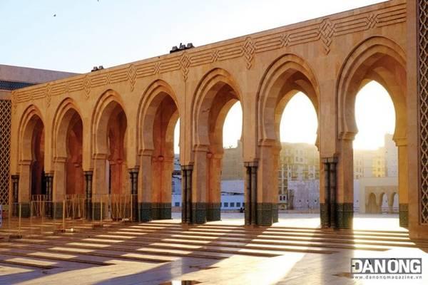 Những tia nắng bình minh tại Thánh đường Hassan II.