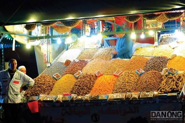 Gian hàng bán các loại trái cây khô và gia vị.