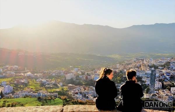 Cảnh hoàng hôn trên đỉnh núi.