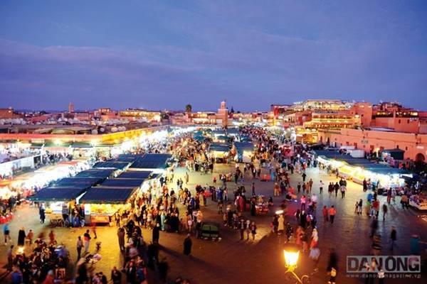 Quảng trường Djemaa el-Fna vô cùng nhộn nhịp về đêm.