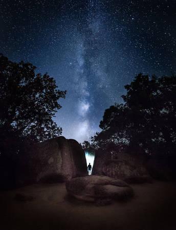 Bầu trời đêm đầy sao trong một hẻm núi.