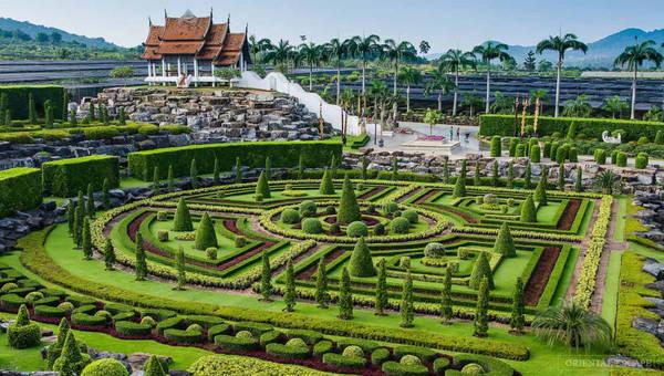Sau chuyến du lịch quốc tế, bà Nongnooch ấn tượng với vẻ đẹp của những khu vườn nổi tiếng khắp thế giới, và quyết định biến vườn cây ăn trái thành một khu vườn nhiệt đới đầy hoa và cây cảnh. Ảnh: Nongnoochtropicalgarden.